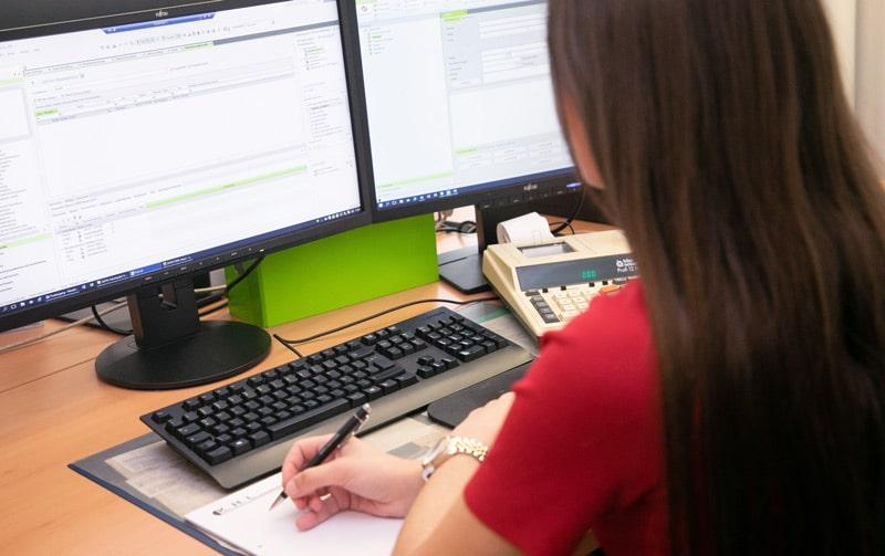 Frau bei der Arbeit am Computer