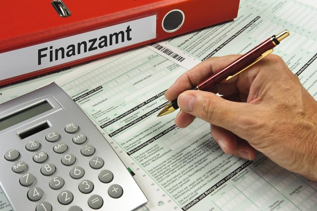Finanzamt - Person füllt Formular aus