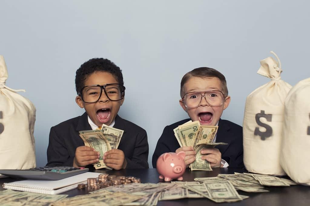 Kinder halten Geld mit Geldsäcken